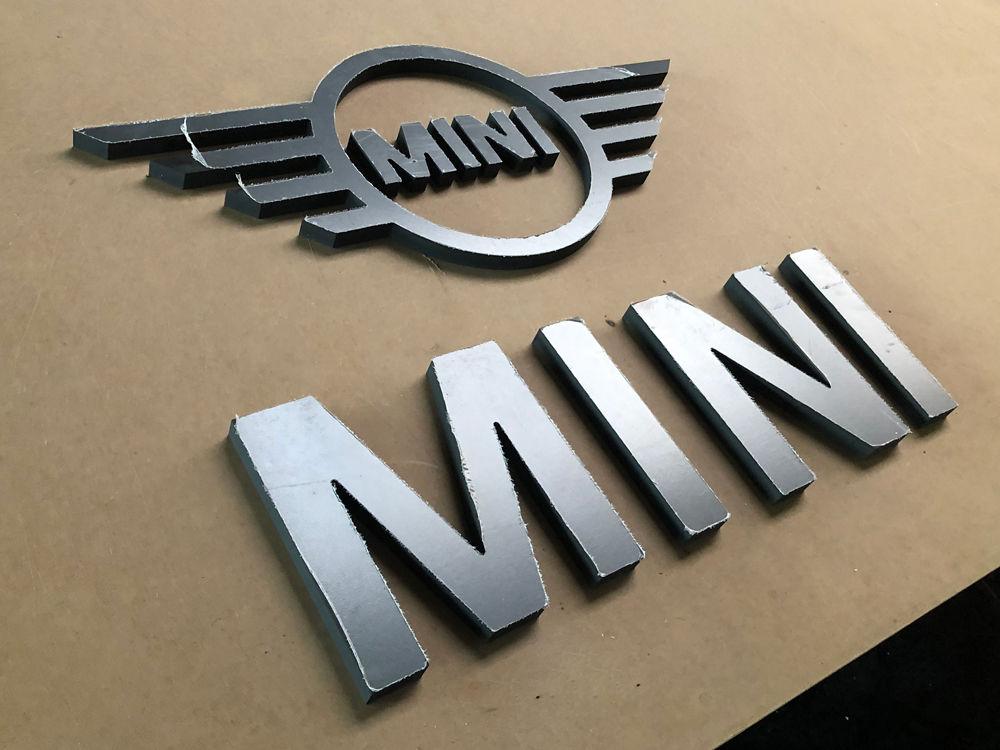 Découpe du logo sur-mesure pour la concession automobile BMW