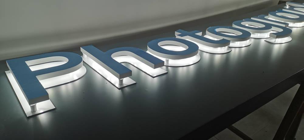 Montage d'une enseigne lumineuse en rétro éclairaga à leds blanches