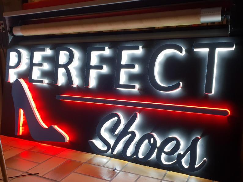 Enseigne lumineuse à leds pour un magasin de chaussures