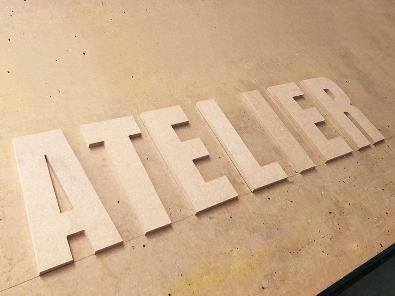 Grande lettre découpée en bois - Découpe du mot ATELIER