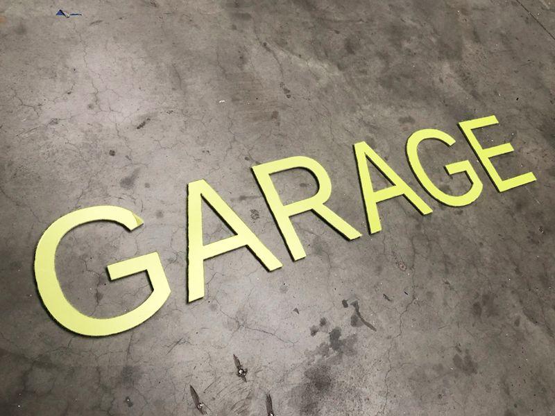 Grandes lettres PVC pour l'enseigne d'un garage automobile en Alsace