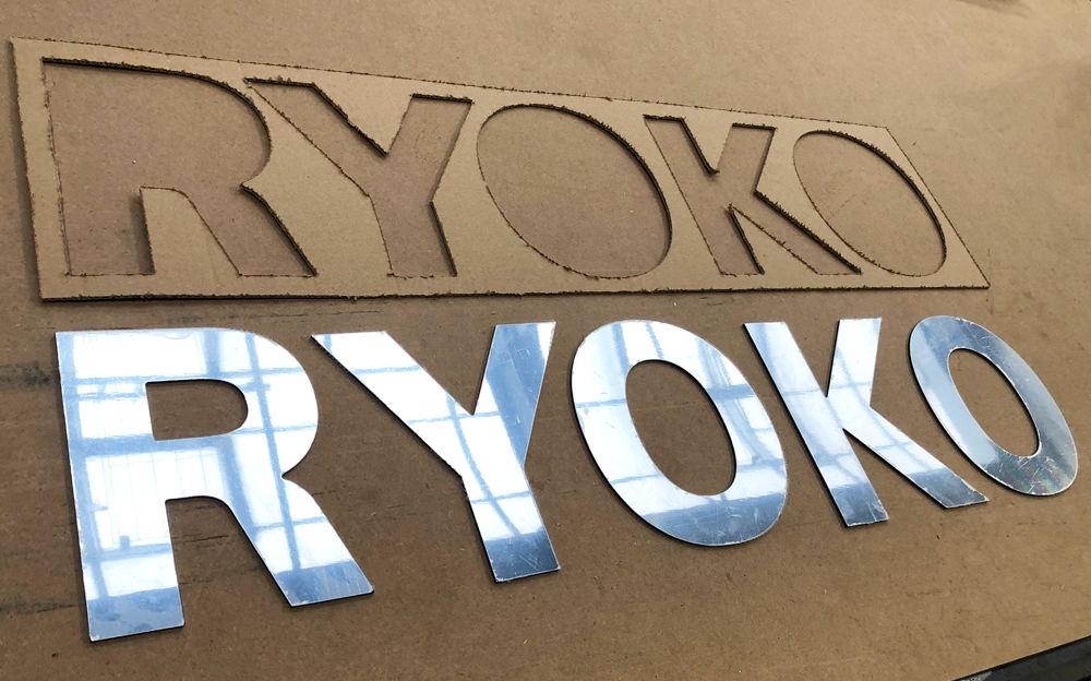 Lettre découpée en Alu Miroir 3 mm pour l'établissement RYOKO