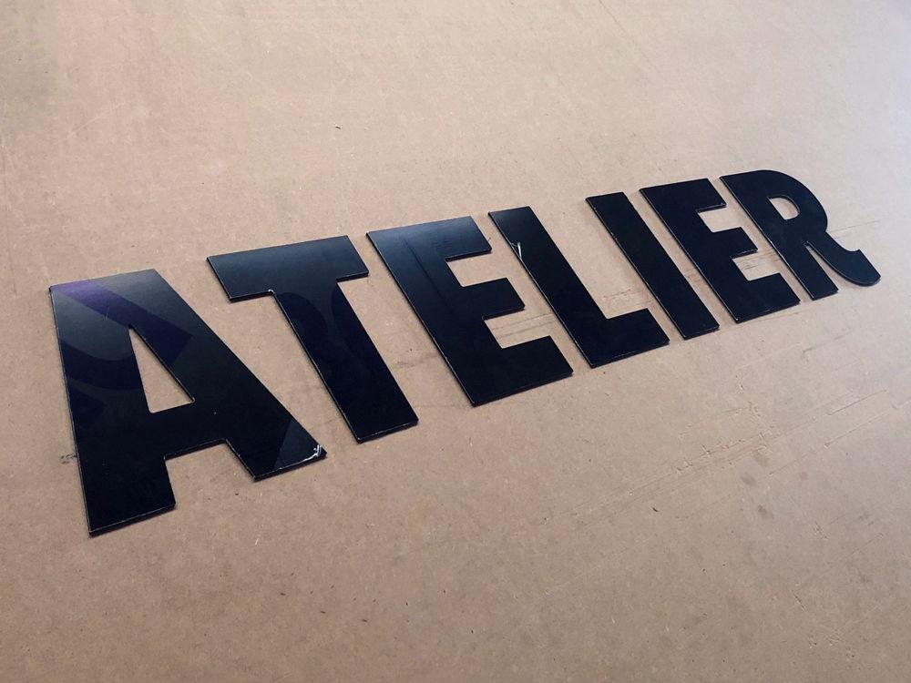 Découpe des lettres ATELIER en alu la signalétique d'un garage