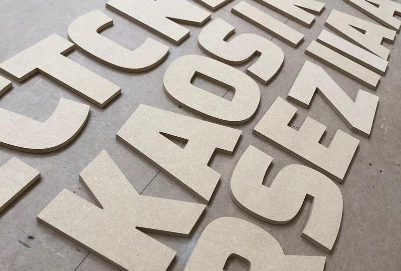 Lettres découpées en bois pour enseigne ou signalétique